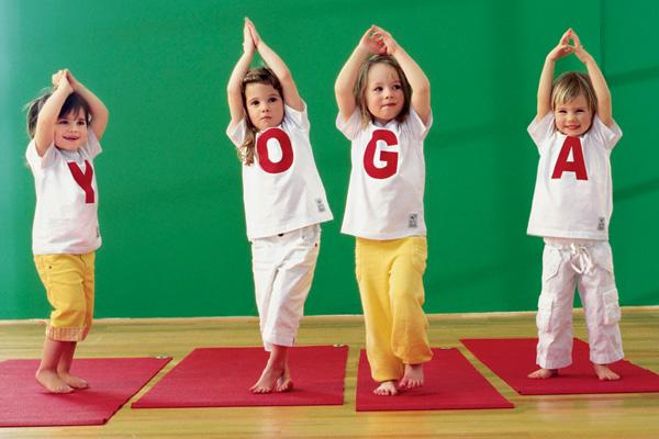 йога на детской спортивной площадке